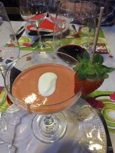 foto de una copa con gazpacho de fresas