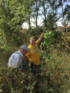 Terín y Bernardo cogiendo Lúpulo Silvestre