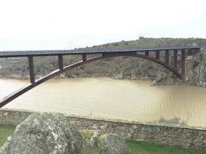Puente de un ojo sobre el Esla cascada de abelón