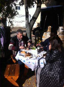 Comiendo en la bodega de Martínez Yebra