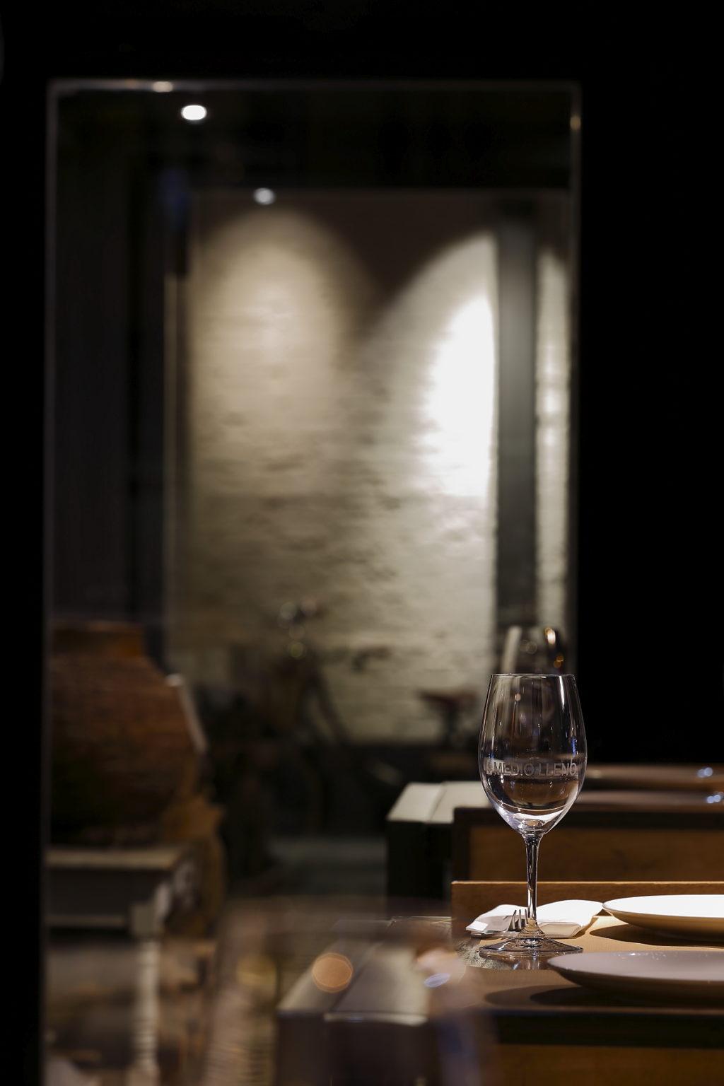 foto de una copa de vino en el medio lleno